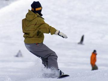 【リフト1日券付】野沢温泉スキー場でスキー&スノボ!信濃みゆきポーク陶板焼きを満喫[1泊2食付]