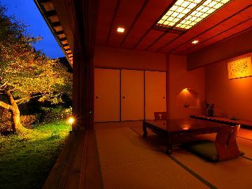 特別室『鮎の間-ayu-』渓流を一望!数寄屋造りの特別室で静謐なひと時《絹の膳-kinunozen-》
